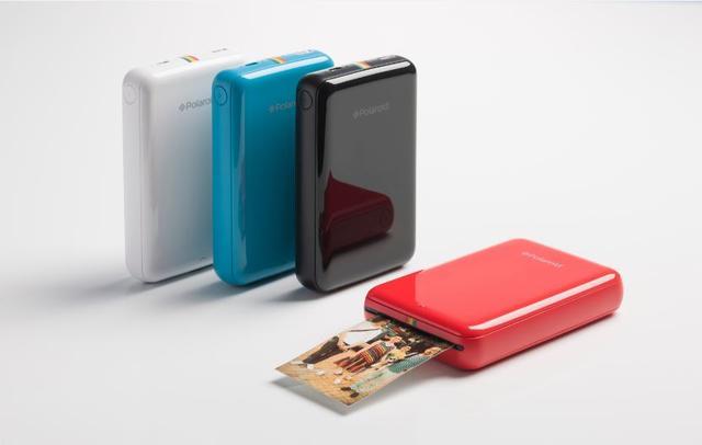 画像: Polaroid ZIP (ポラロイド ジップ) 色     ブラック、ブルー、レッド、ホワイト 価格(税抜) 17,400円 機能    モバイルフォトプリンター Bluetooth/NFCを利用してスマートフォンやタブレットから写真を簡単にプリントします。 ポケットにも入る最小・軽量クラスサイズ 発売日   6月10日(金) 場所    SBSオンラインショップ※3、ソフトバンクショップ※1、ワイモバイルショップ※2にて発売開始 ホワイトは6月8日(水)よりAppleオンラインストア、およびAppleストアにて発売※4