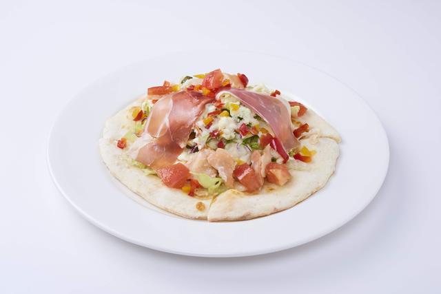 画像: フレッシュ野菜と生ハムとスモークサーモンのサラダピッツァ(ハーフサイズ) 699円(税抜)