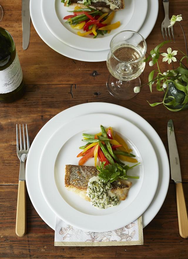 画像: ゆでて刻んだパクチーが新鮮な味わいの「白身魚のソテー パクチーソース」