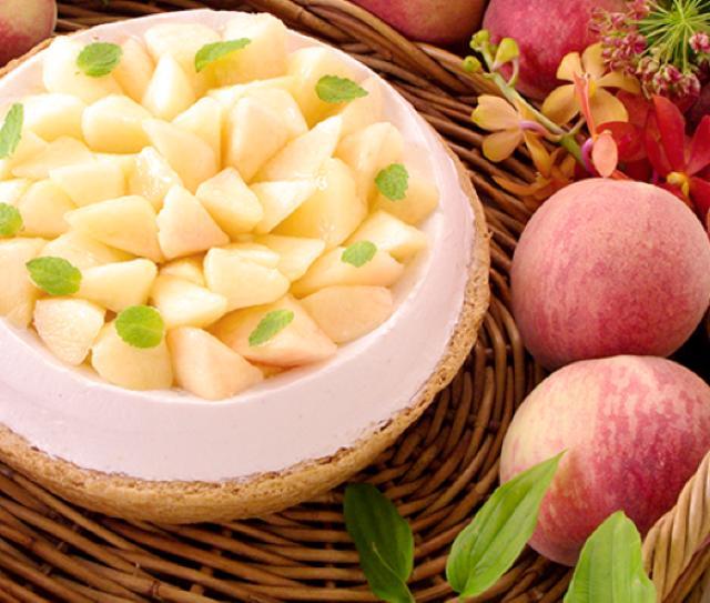 画像: 桃とチーズのタルト piece:785円 whole(21cm):7,452円 しっとりと焼いたチーズのスフレに桃のジャムをしき甘酸っぱいクリームをのせました。食べごたえのあるクリームと桃のみずみずしさ、豊かなチーズの風味が一体となった大人気のタルトです。