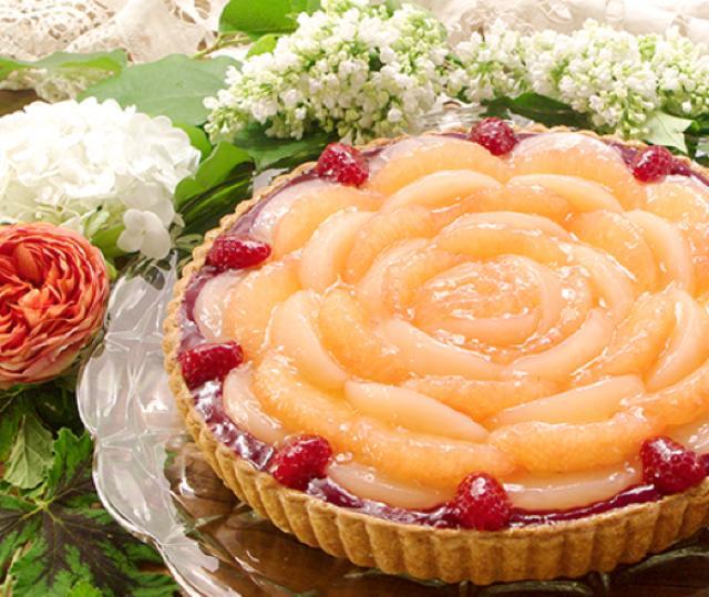 """画像: 桃とグレープフルーツのタルト piece:631円 whole(25cm):6,048円 甘い香りが広がる桃風味の""""ル ガール""""クリームチーズムースを果汁たっぷりの桃とグレープフルーツで飾りました。なめらかなムースの舌ざわりと、桃とグレープフルーツの瑞々しい食感、バター風味豊かなパイ生地は抜群の組み合わせです。"""