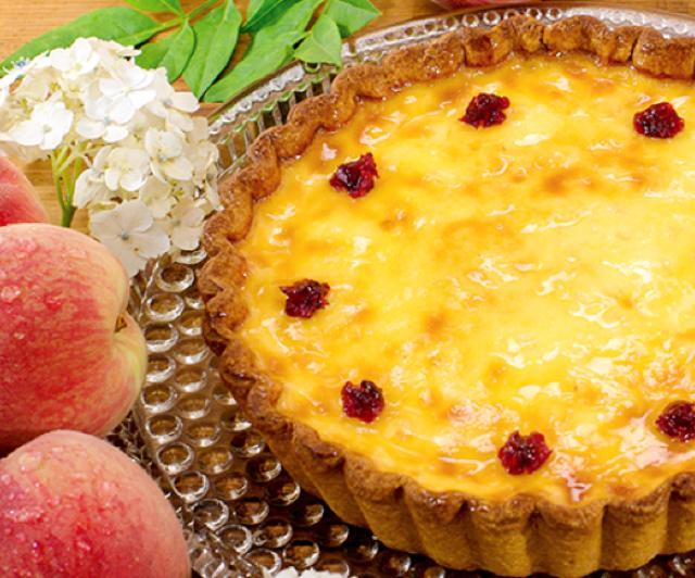 画像: 白桃のフラン piece:574円 whole(21cm):4,860円 フランスではとてもポピュラーでカジュアルなお菓子、フランはレシピの数も非常に豊富な人気の高いケーキです。白桃を使ったオリジナルのレシピで、ミルキーな風味のフランに仕上げました。