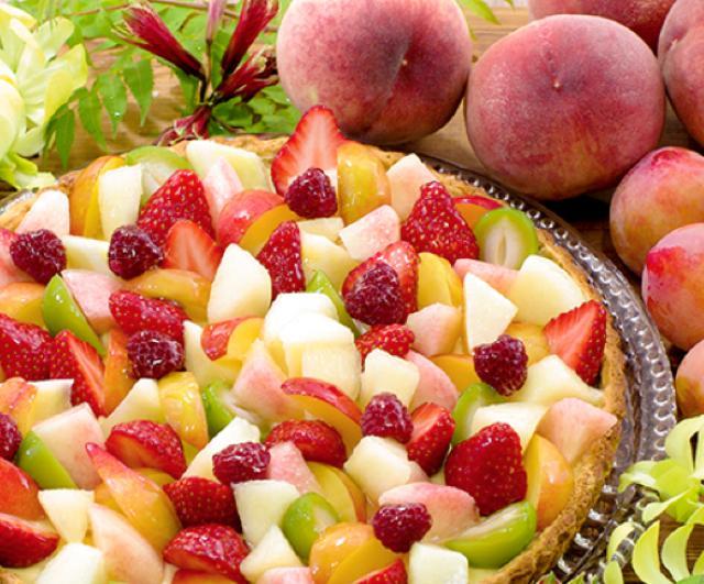 画像: 桃と夏の果実のタルト piece:745円 whole(25cm):7,128円 サクサクのタルト生地にやさしい甘みのカスタードと夏のフルーツ、桃・すもも・フランボワーズなどをふんだんに詰めました。