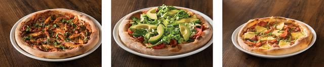 画像: [左から] ・オリジナル BBQ チキン(BBQチキンをトッピングした創業以来1番人気のピザ) 1,160円 ・カリフォルニア クラブ(フレッシュなアボカドをトッピングした女性に一番人気のピザ) 1,350円 ・ハワイアン(フレッシュパイナップルとスモークハムのハワイアンな黄金コンビ) 1,250円