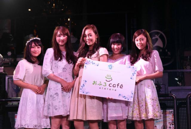 画像: こちらはNo.27 川名遥さん(左2)、No.71 武井紫音(左1)、No.41 新立アンナさん(中央)、No.8 小林美佑さん(右1)、No.16 橋本小春さん(右2)が受賞しました! 橋本小春さん、小林美佑さん、新立アンナさんにはおふろcafeが放送している生放送番組「アマチアス」への出演する権利が贈られます。川名遥さん、武井紫音さんには9月ハロウィンのバズクリップ表紙への出演権が贈られます。