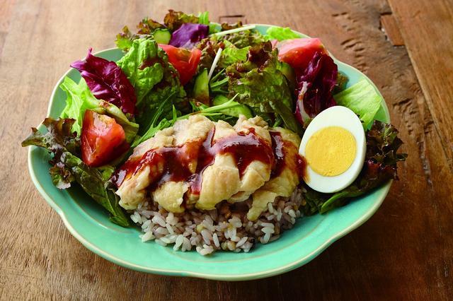 画像: ジンジャーハイナン☆チキンライス     780 円 シンガポールやマレーシアの茹で鶏を使った定番料理!ハイナンチキンライスをサラダライスにアレンジ。