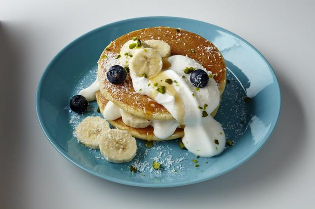 画像: ココナッツホイップパンケーキ             680 円 甘じょっぱいココナッツホイップクリームにバナナ、ブルーベリーを合わせた夏のパンケーキです。