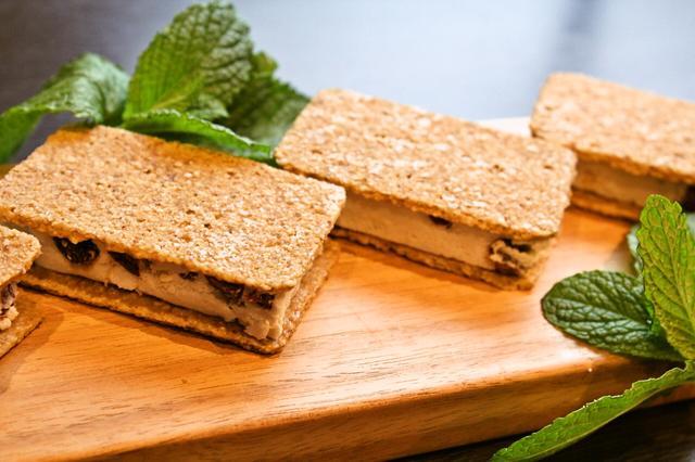 画像: 【Rawラムレーズンクッキーサンド】 オーガニックレーズンを使用した、プリム自家製ラムレーズンがたっぷり入ったRawラムレーズンクリームを小麦粉を使わずナッツとシードを48℃以下の熱で乾燥させたクッキーでサンドしました。 見た目以上にボリューム満点のロースイーツです。 原材料: 生カシューナッツ・ローココナッツオイル・アガベシロップ・ メイプルシロップ・オーガニックレーズン・生アーモンド・ サンフラワーシード・フラックスシード・ココナッツパウダー・ レモン・ラム酒・バニラエクストラクト・塩 (卵・乳製品・小麦粉・白砂糖不使用) 賞味期限:冷凍で約3週間 保存方法:冷凍庫にて保存 価格  :820円(税別)