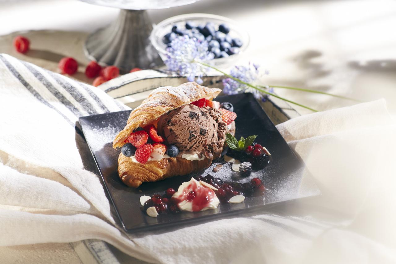 画像: ミックスベリー クロワッサン アイスクリームサンド with Häagen-Dazs chocolate brownie ice cream ¥1080(税抜き)