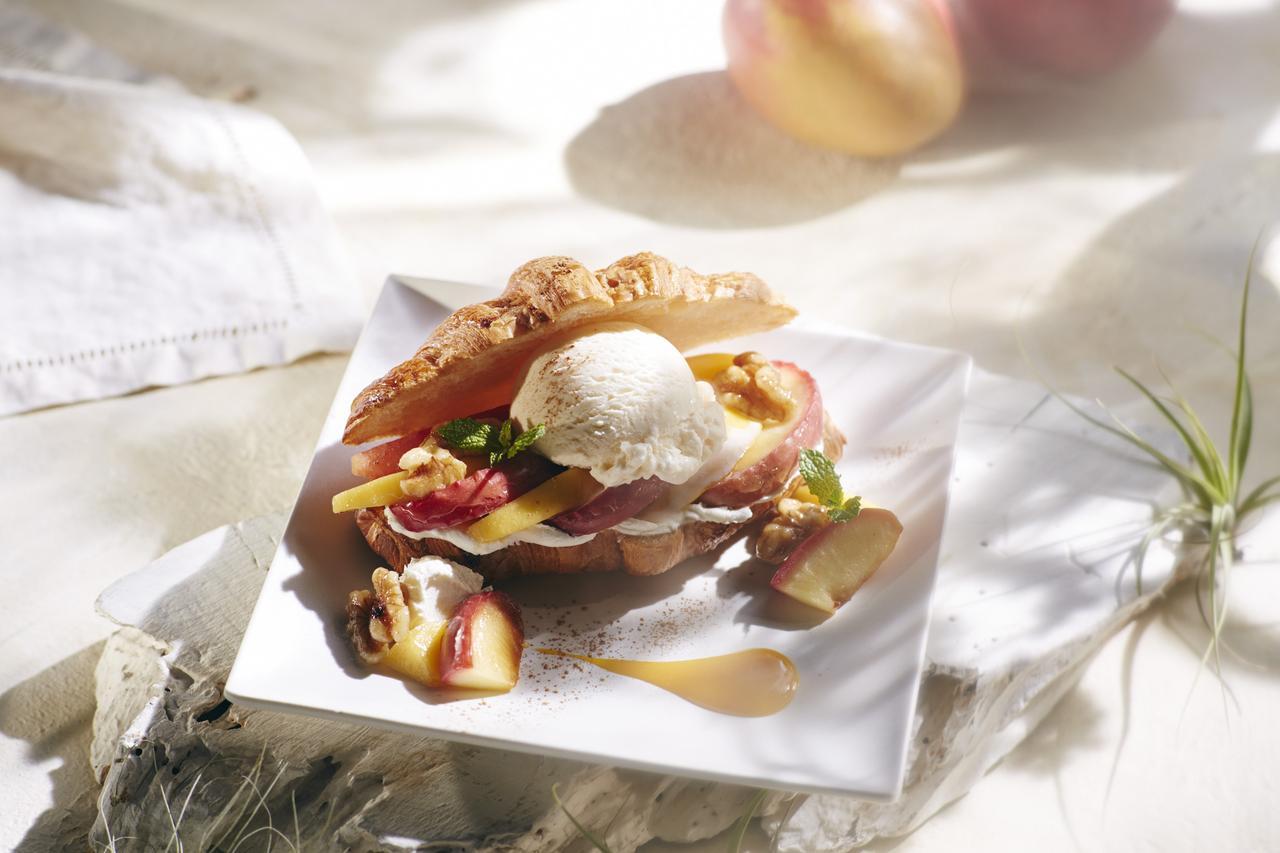 画像: アップル&マンゴー クロワッサン アイスクリームサンド with Häagen-Dazs vanilla ice cream ¥1080(税抜き)