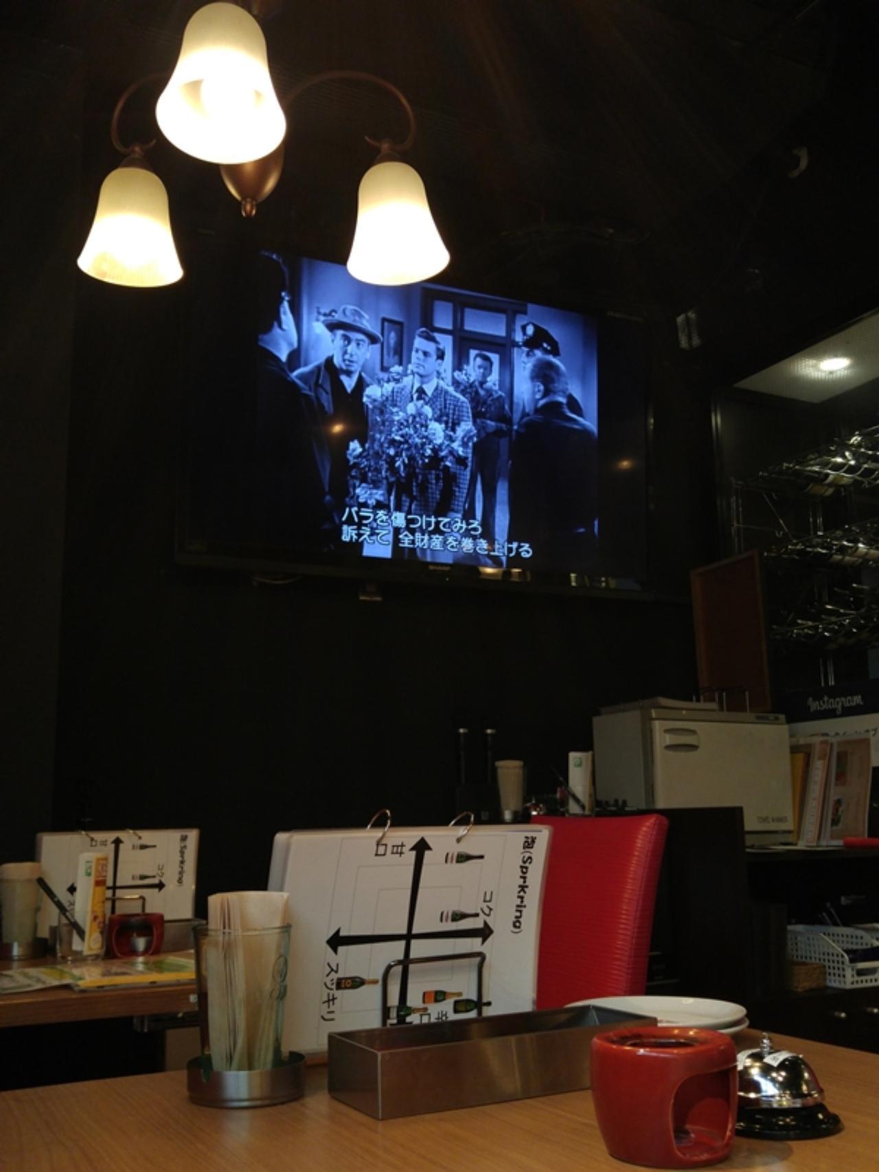 画像: モニターにはトーキー時代を思わせる字幕映画が流れる、赤と黒が基調のスタイリッシュな店内です
