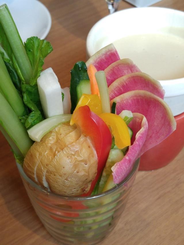 画像: 「彩り野菜のバーニャカウダ」 盛り付けもおしゃれです!お代わり自由ですよ!