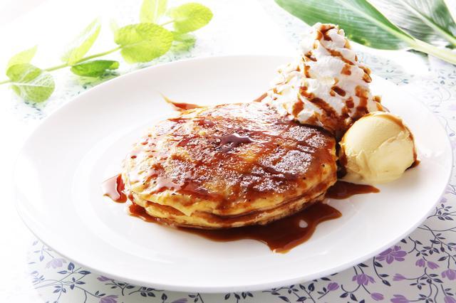 画像: 「パンケーキ・ブリュレ」 単品…¥655 DRINK SET…¥745 クレームブリュレのパリパリとした食感と、ふわふわのパンケーキのダブル食感が楽しる人気のデザートです。