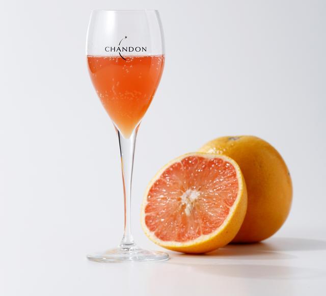 """画像: """"CHANDON ROSE PAMPLEMOUSSE""""(シャンドン ロゼパン) 880円(税抜) 今、フランスで流行しているロゼの楽しみ方「ロゼ パンプルムース(Rose Pamplemousse)」、通称「ロゼ パン(Rose Pamp)」。「ロゼ」は「ロゼワイン」、「パンプルムース」はフランス語でグレープフルーツという意味です。ロゼワインとグレープフルーツを使った、今人気の飲み方でシャンドンをお楽しみ下さい。"""
