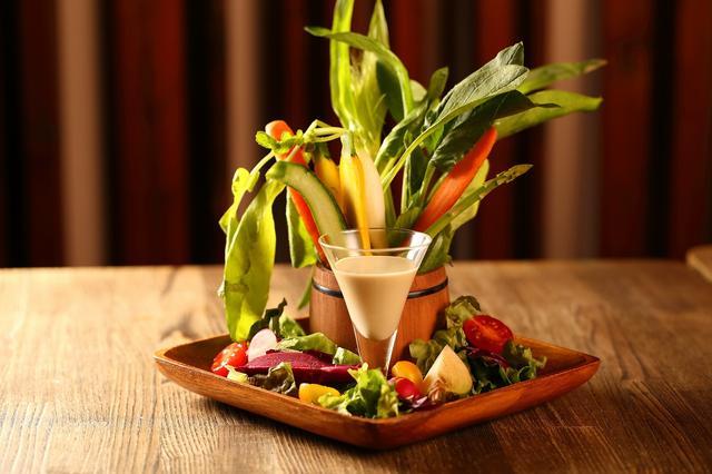 画像: ◎新鮮野菜のバトルロワイヤル バーニャーカウダー 1680円 ミニ野菜を使用した、こだわりのバーニャーカウダー。