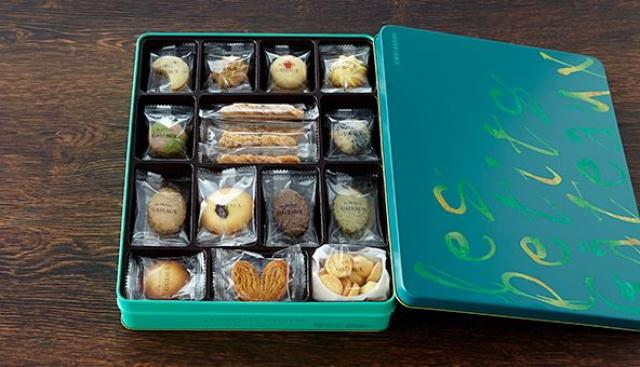 画像: プティガトー 東京會舘 (東京都) 2015/2016特選 昭和31年、フランス料理のデザートを家族のために持ち帰りたいというお客様のご要望から生まれました。贅沢な材料にたっぷりのバター。今でもパイは手作りしており個包装で分けやすく、5種類のサイズをご用意しております。 <秘書のおすすめポイント> 安定感のある優しい味わいで、間違いのないお土産です。個包装で1セットに沢山入っている洋菓子はなかなかないので重宝します。缶入りなので海外にも持参できるのがうれしいです。