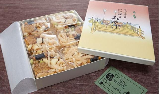 画像: 江戸みやげ 進世堂 (東京都) 大正10年に商標登録された伝統の味の「えびせん」。100年前と変わらない製法を守り、アカエビやタカツメエビを一尾ずつ手作業で殻をむいて使用。上越の棚田で永田農法で栽培する餅米やうるち米。保存料・添加物は不使用。 <秘書のおすすめポイント> 日本らしさを感じるラッピングで「江戸」という字が入っています。伝統もあるので海外の方にも喜ばれます。食感も軽く、海老の風味もしっかり感じられビールのおつまみとしてお召し上がり頂けます。