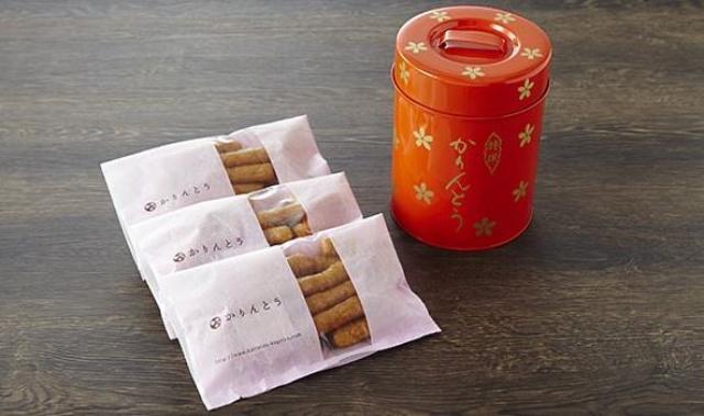 画像: かりんとう ゆしま花月 (東京都) 艶やかで宝石のような輝きを持つかりんとうです。その琥珀のような美しさの秘密は、黒糖ではなく白砂糖を使っているから。温度の違う油で3度揚げるなど、職人の丁寧な作業によって生み出される一品で昔から変わらない色やデザインにはどこか懐かしさを覚えます。 <秘書のおすすめポイント> 昔ながらの缶がかわいくて、味も気に入っています。日持ちするのもうれしいところ。名前に地名も入っているので手土産の定番となっています。小分けになっているのもありがたいですね。