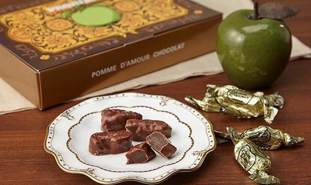 画像: ポーム・ダムール ギフト箱 神戸・元町一番館 (兵庫県) 1971年の創業以来、味を守り続けている「神戸・元町 一番館」のギフト。時間をかけてじっくり密で煮たリンゴは、甘みと酸味がぎゅっと凝縮された上品な味わいです。 <秘書のおすすめポイント> 懐かしいような優しい美味しさがとても気に入りました。りんごの甘煮にビターチョコがかかっていて珍しいですね。味わいも見た目も神戸元町の異国情緒が感じられるお品だと思います。