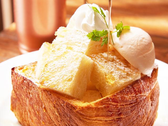 画像: ◇「MIYABIハニートースト」 通常700円(税込)→半額350円(税込) リッチなデニッシュ食パン「MIYABI」を贅沢に1/2斤使用し、甘さ控えめのホイップと濃厚なバニラアイスクリームをトッピングしハチミツをたっぷりとかけた「MIYABI」のカフェならではの大人気スイーツ。見た目のインパクトも美味しさも話題を呼んでいます。