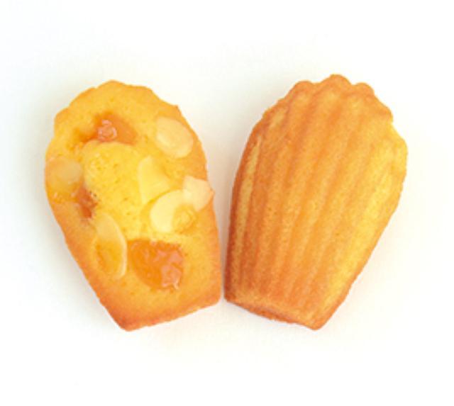 画像: 3) アーモンドアプリコット Almond Apricot 235円(税込) ほんのり柑橘の香りのする生地に、アプリコットジャムとドライアプリコット、アーモンドをのせたマフィンのようなマドレーヌ。