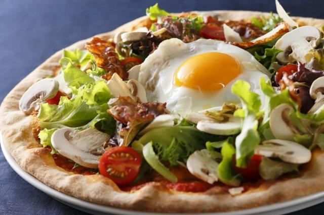 画像: ■イタリアンダイニング ベルラーゴ 昨年7月にオープンした「イタリアンダイニング ベルラーゴ」では、半熟卵の目玉焼きを月に見立てた「フォカッチャビスマルク」をご提供します。生地に自家製フォカッチャを使っているので通常のピッツァとは一味違う、パリッとした食感で楽しめます。 【期間】2016年9月1日(木)~9月30日(金) 【場所】2F イタリアンダイニング ベルラーゴ 【時間】11:30~22:00(ランチL.O.15:00/ディナーL.O.21:00) 【料金】フォカッチャビスマルク¥1,800(消費税・サービス料込)