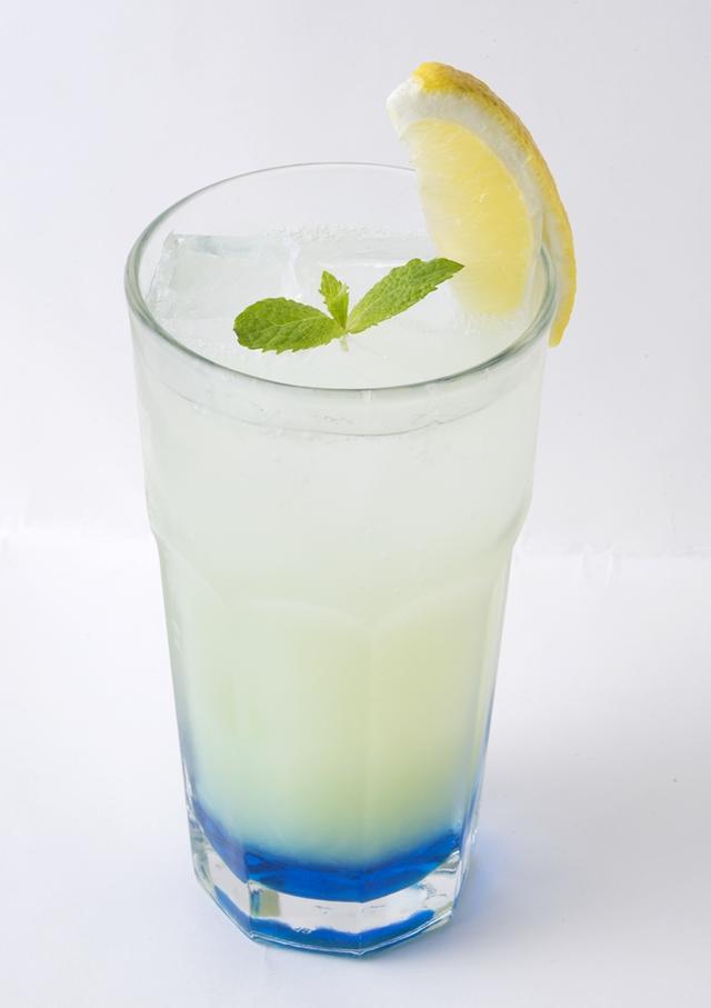 画像: ブルーラグーン 650円 青い海をイメージした、グレープフルーツがベースとなったソーダ。