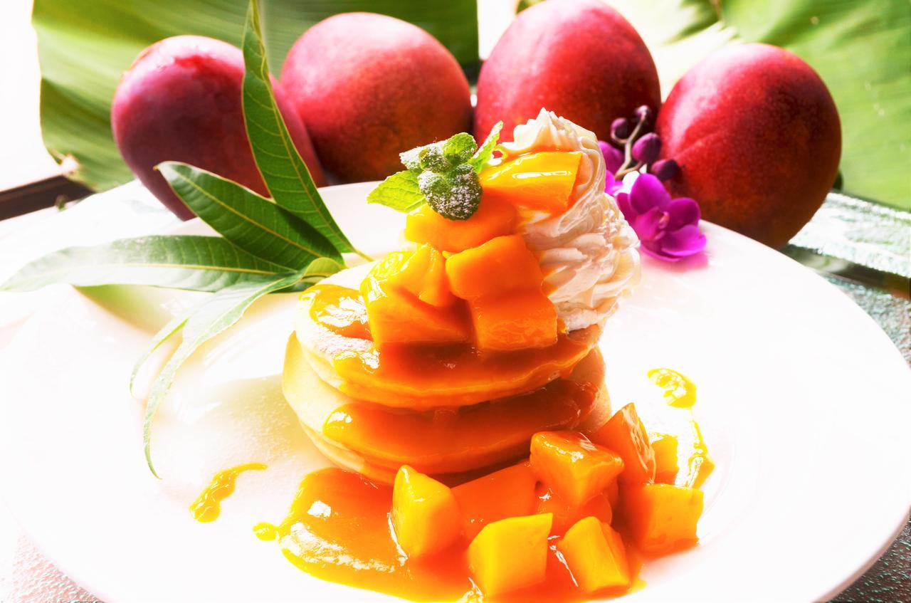 画像: ふんわり焼き上げたパンケーキにマンゴーをたっぷりトッピングした「宮古島マンゴーパンケーキ」