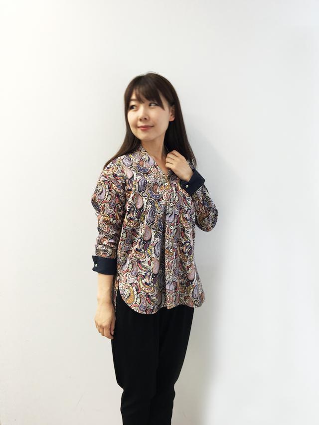 画像: トレンドの抜き衿のシャツは、長めのゆったりしたデザイン。全て出してラフに着こなしたり、フロントだけインして今風に、またボタンを全て外して、羽織り物にするなど、様々に使える便利な一枚。袖口の裏の無地使いが、ロールアップした際のアクセントに。11,000(税別)