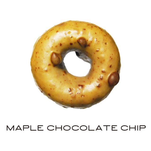 画像: ■メープルチョコチップ(ケーキドーナッツ) 270円(税込) ひと口食べるとメープルの甘い香りがふわっと口に広がります。ビターなチョコ生地を合わせ、甘さは控えめに仕上げました。メープルグレーズに入ったチョコチップの食感も楽しいドーナッツです。