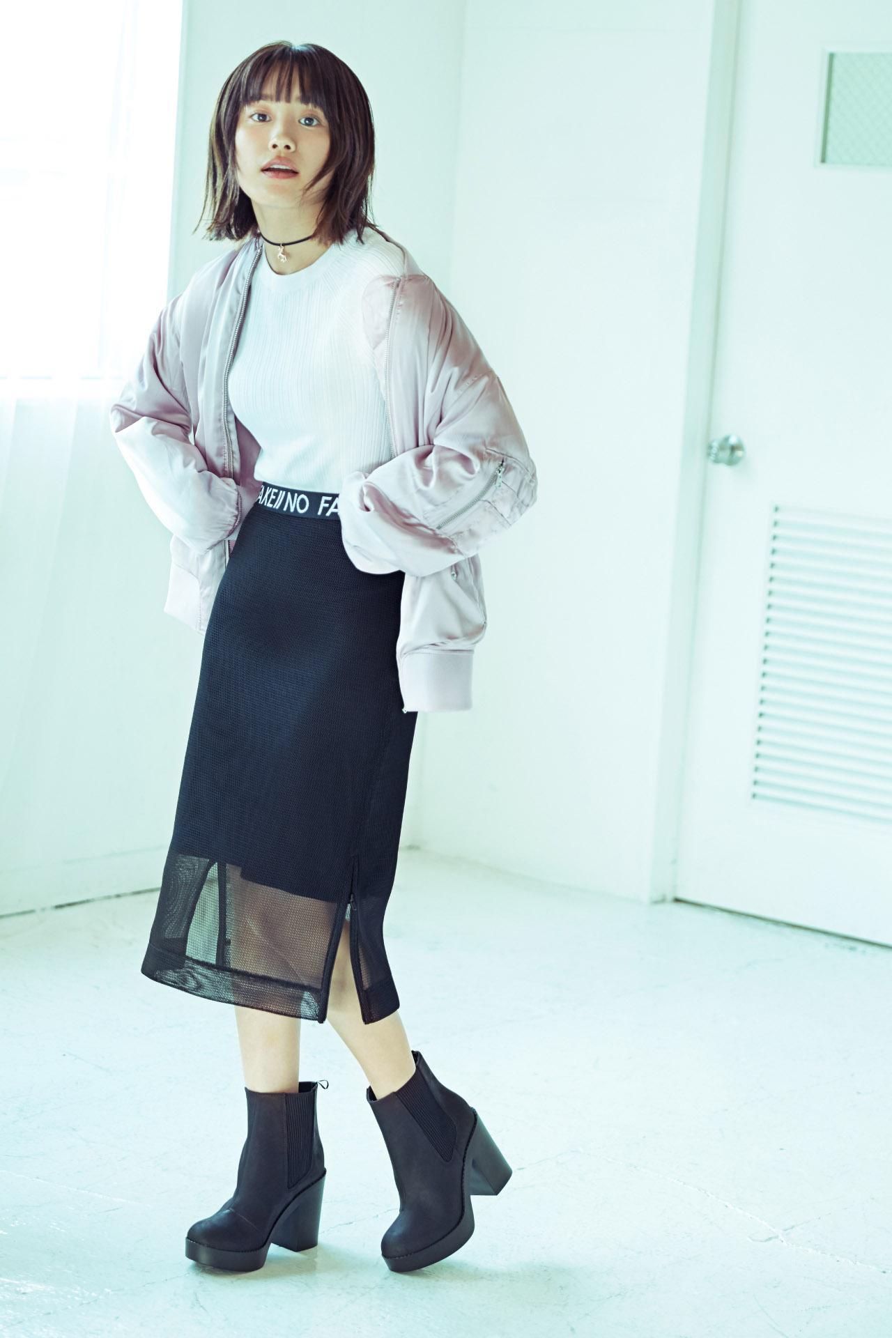 画像: MA-1を選らんでも、スモーキーピンクを選べば、フェミニンな印象に。透け感のある黒のタイトスカートを合わせて大人っぽさをプラス。