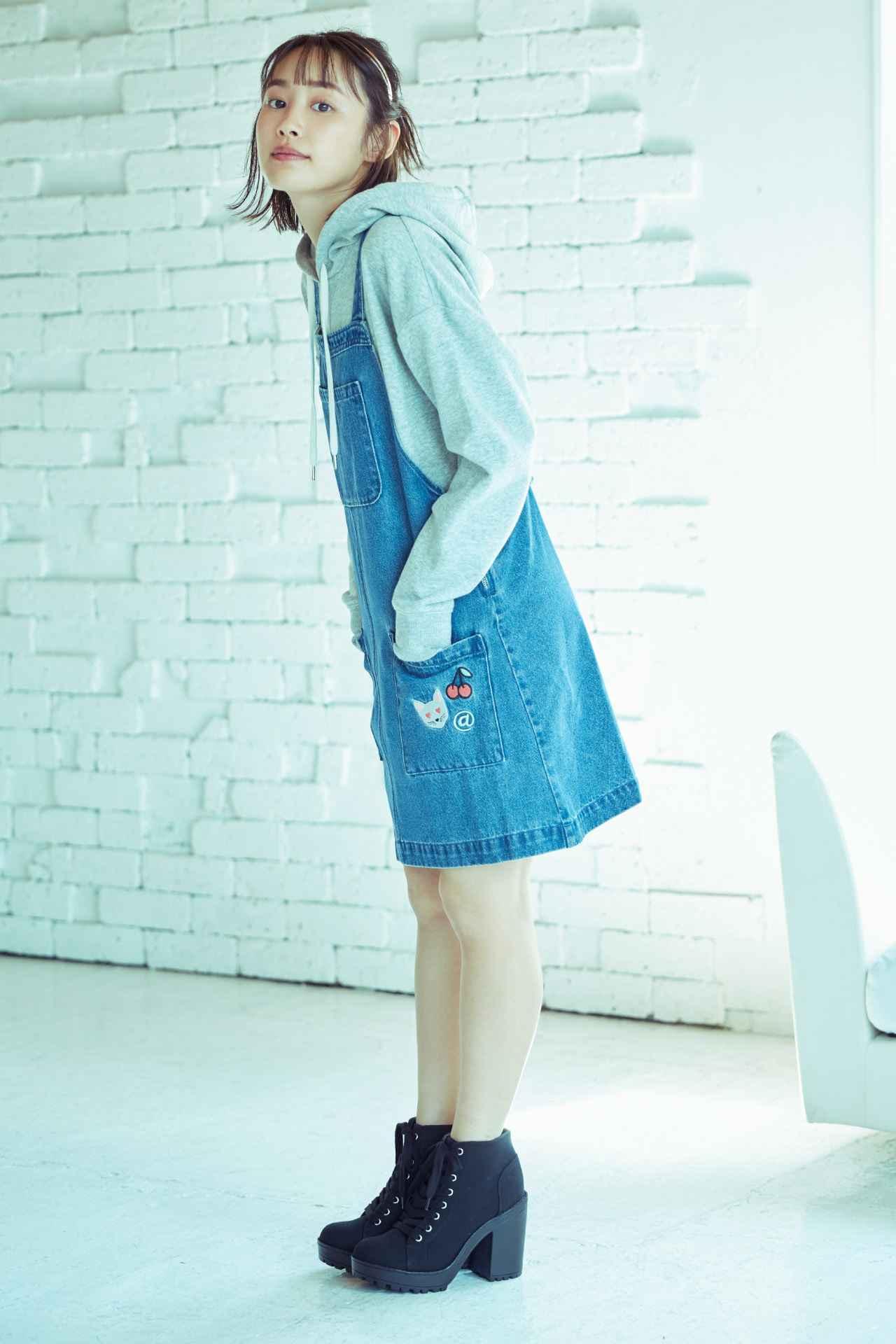 画像: オーバーサイズのデニムサロペットスカートはバッククロスで丈が短めなキュートなデザイン。 カジュアルなグレーパーカを合せて足元は辛口にスタイリング。