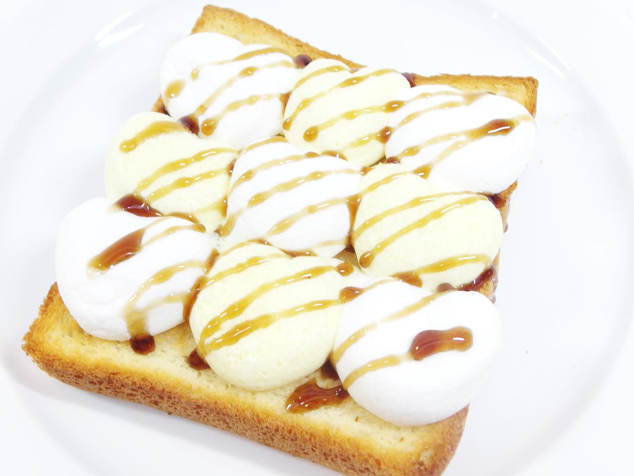 画像: ○黒蜜マシュマロトースト ¥500 ふわふわとろとろのマシュマロに少しのお塩をかけた、少し大人の甘じょっぱいトーストです。トッピングに黒蜜をかけて、あたたかいうちにお召し上がりください。