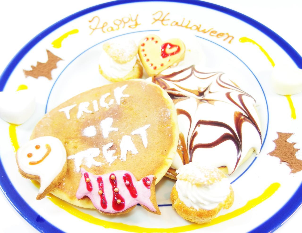 画像: ○ハロウィンパンケーキ ¥980(ハロウィンまでの期間限定) ハロウィンにちなんでチョコソースのクモの巣がかかった、ふわふわパンケーキ・ハロウィン風パンケーキ・ベリーソースのミニシュークリーム・アイシングクッキーとアイスクリーム、マシュマロが食べられる手作りの皿盛りケーキです。味の相性もバッチリで食べるのがもったいない位です。