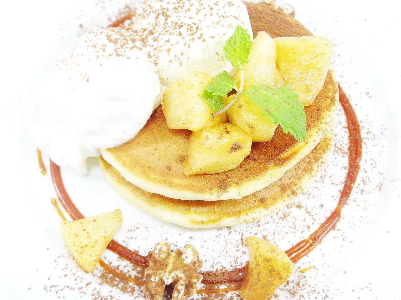 画像: ○キャラメルりんごパンケーキ ¥980 ほんのり香るシナモンとキャラメルりんごの相性が抜群のおいしさ!濃厚なバニラアイスと柔らかな生クリームをたっぷりつけてお召し上がりください。この秋のおすすめ季節限定品です!