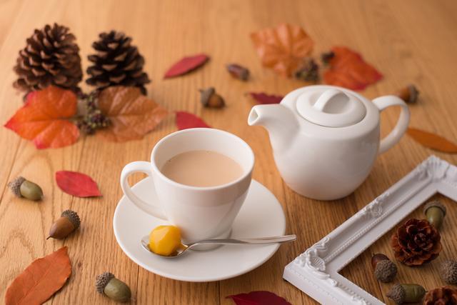 画像: ■マロン・ロイヤルミルクティー…1,000円 セイロン茶葉のさらっとしたロイヤルミルクティーにマロンの甘露煮を添えて、ほんのり甘く漂う香りをお楽しみください。