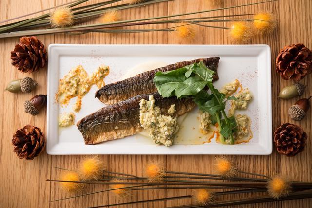 画像: ■スモーク秋刀魚のソテー  なめらかなじゃがいものピューレ:1,000円 旬の秋刀魚をスモークしてからソテーし、より香ばしく深みある味わいに仕上げています。酸味のしっかりとしたグリヴィッシュソースを添え、さっぱりとお召し上がりいただけます。