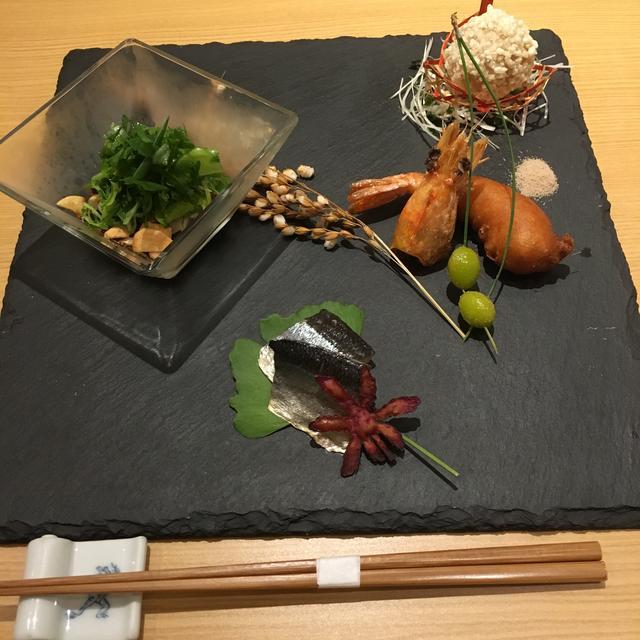 画像: 前菜盛合せ ・大和肉鶏の麻辣ソース・変わり揚げ2種 里いもの米粉揚、海老の雲丹の衣揚・秋刀魚の燻製
