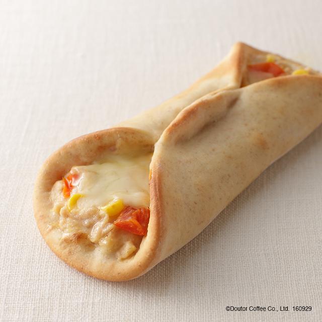 画像: 商品名: ピッツァ・アボルト ツナトマト&コーン 単品価格: 380円(税込) ツナ・トマト・コーンと、とろーりチーズがベストマッチ!深まる秋、これからだんだん肌寒くなりますが、そんな季節にピッタリの商品です。あつあつ注意のホットサンドを是非いちどお試しください。 ※上記商品は店舗によりお取扱いがない場合がございます。