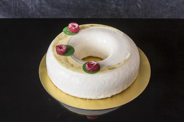 画像: バニーユ ヴィオレ 18cm 6,400円 ラズベリーコンフィとアーモンドダックワースをバニラムースで包み込み、純白の雪のようなホワイトチョコレートのグラサージュでコーティングしました。ベリーの爽やかさとダックワースの独特の食感が楽しいケーキです。