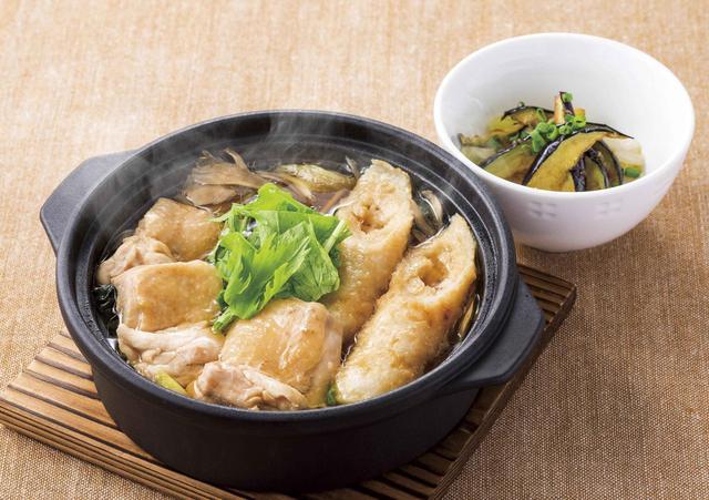 画像: ■鶏鍋(茄子小鉢つき)~きりたんぽ風 1,249円(税込1,348円) 秋田県産あきたこまちを100%使用したきりたんぽ、柔らかな鶏モモ肉、ほうれん草・白菜・長ネギなどのたっぷりの野菜と舞茸、ごぼうなどを煮込んだ、じんわりやさしい鶏鍋。比内鶏の旨みをベースにしたスープは、まろやかでコクのある味わいです。