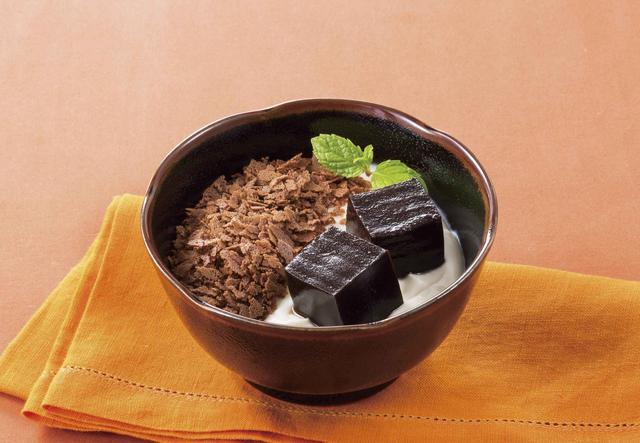 画像: 【ショコラナッツのティラミス風 499円(税込538円)】 和と洋がコラボレーションしたデニーズのティラミス風デザートにチョコレートバージョンが登場します。風味豊かなヘーゼルナッツクリームや、濃厚でコクのあるホワイトチョコクリーム、ゆであずきなどを重ね、口の中で溶けるようななめらかで優しい食感のチョコの水羊羹をトッピングしました。ほろ苦いマーマレードジャムも隠れており、スプーンをいれるごとに味の変化を楽しめます。