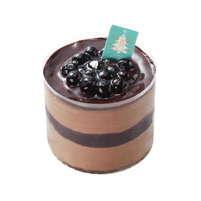 画像: ■商品名:パ・ドゥ ショコラ ■価格/サイズ:1,620円(税込)/約⏀8×H6.2cm ■商品説明:ほろ苦いショコラムースとアーモンドを加えたショコラ生地、グリオットチェリー果肉入りのカシスジュレを重ねました。濃厚なショコラにコクのある酸味のグリオットチェリー、カシスの酸味を掛け合わせた大人のためのケーキ。