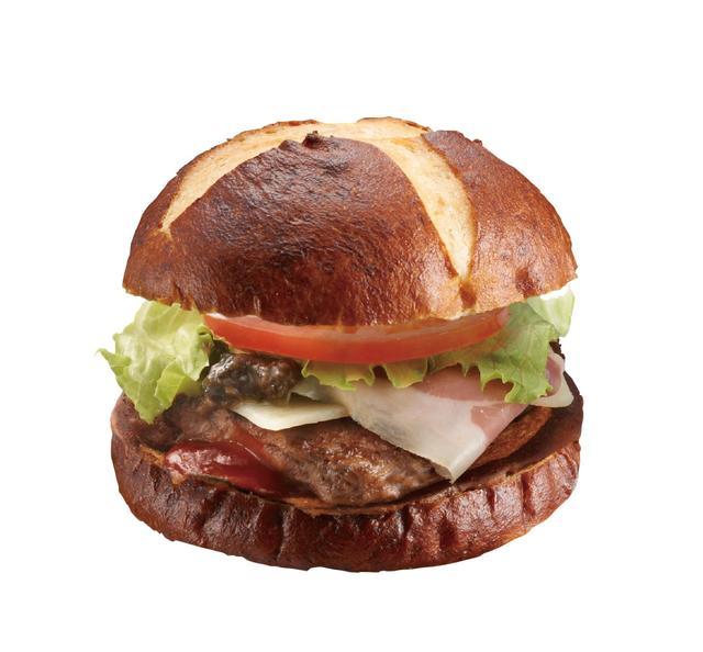 画像: 『プレッツェル プロシュート バーガー』¥860 食感のあるプレッツェルバンズに、高級食材のイタリア産プロシュート(塩蔵熟成させた生ハム)をサンド。オリーブソースとの味のハーモニーをお楽しみください。