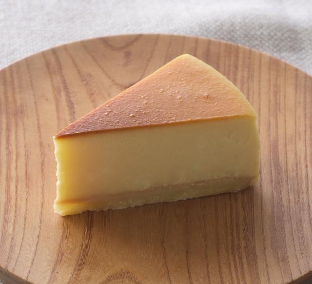 画像: 商品名:「ベイクドチーズケーキ」 価 格: ¥390(税込¥421) 発売日: 2016年11月1日 特 長: チーズの旨みと濃厚なコクを味わえる、どっしりタイプのベイクドチーズケーキです。