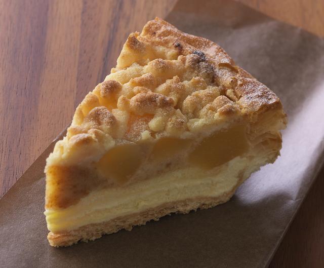画像: 「アップルチーズパイ」 価 格: ¥420(税込¥453) 販売期間: 2016年11月1日~12月4日 特 長: 爽やかな酸味のチーズクリームの上には、シナモンが香るりんごのコンポート。ザクザク食感のクランブルで仕上げた、オールドタイプのアップルチーズパイです。