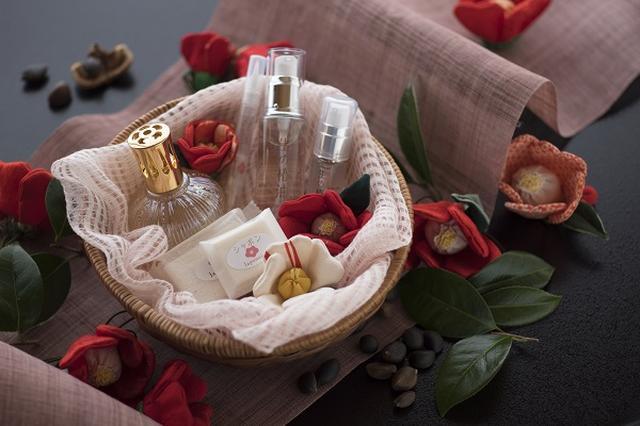 画像2: 美肌の湯から愛でる紅白の椿