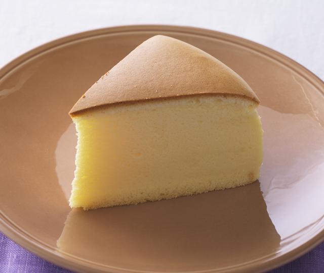 """画像: 「チーズケーキ」 価 格: ¥320(税込¥345) 発売日: 2016年11月1日 特 長: """"しっとり、ふわシュワッ""""の食感がおいしさの秘密。 メレンゲをきめ細かく泡立てて、気泡をつぶさないようにゆっくり蒸し焼きにしました。チーズの旨みと食感をお楽しみください。"""