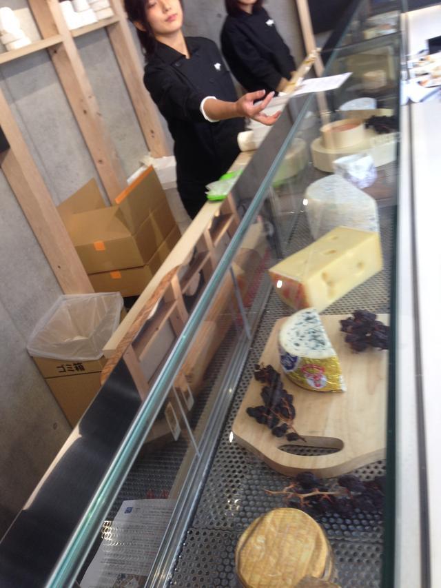 画像: 1Fではチーズの試食も