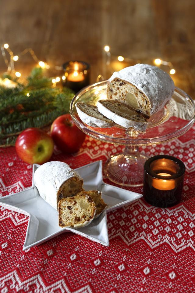 画像: <心温まるクリスマスまでのカウントダウンに!> ■商品名:シュトーレン(写真上) ■価格:1,728円(税込) ■販売開始:11月1日(火) ■商品説明:ドイツのクリスマスには欠かせない伝統的な発酵菓子、シュトーレン。洋酒に漬け込んだミックスフルーツを入れて焼き上げました。 ■商品名:りんごのシュトーレン(写真下) ■価格:929円(税込) ■販売開始:11月1日(火) ■商品説明:洋酒に漬け込んだドライアップル、オレンジ、レーズンをたっぷりと混ぜ込んでしっとりと焼き上げた、りんごのシュトーレン。